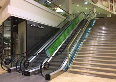 Polep eskalátoru.